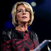 La ministre de l'éducation de Trump huée et forcée de partir d'une université après 20 minutes