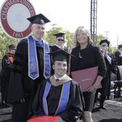 Une mère diplômée pour avoir épaulé son fils tétraplégique durant ses études