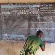 Au Ghana, faute d'ordinateur, un prof dessine l'interface Word sur son tableau