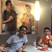 Ces deux étudiants ont mis leur photo dans une fausse pub McDo, et l'enseigne n'a rien remarqué