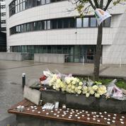 Émotion à la Défense où les élèves rendent hommage à leur professeur assassiné