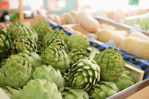 Certains aliments favorisent l'activité des bactéries intestinales, comme les artichauts.