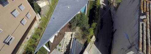 Une villa avec piscine bien cachée sous une aile d'avion