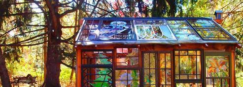 Une cabane de conte de fées entièrement tapissée de vitraux