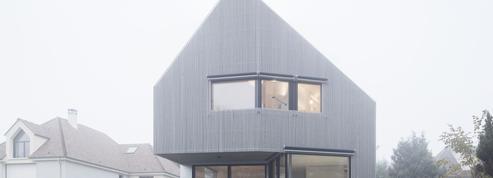 Cette maison de bois et de béton semble en lévitation
