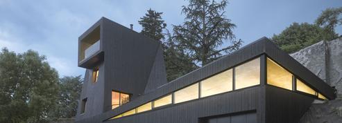 Une maison-atelier en forme de périscope noir
