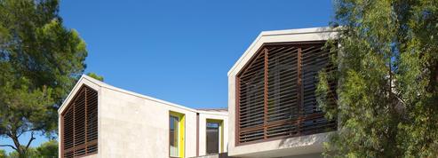 Cette maison préserve l'intimité des occupants et s'adapte à son terrain