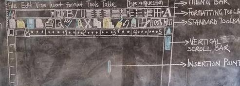 Au Ghana, faute d'ordinateur, un prof dessine l'interface Word sur son tableau
