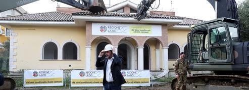 Le ministre italien de l'Intérieur pilote la démolition d'une villa de mafieux