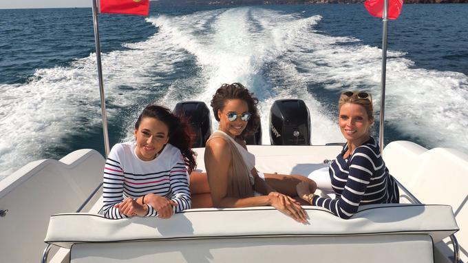 Pendant leur séjour, les reines de beauté ont fait un tour en bateau vers les îles de Lérins. Delphine Wespiser et Alicia Aylies ont pu papoter tranquillement avec Sylvie Tellier, enceinte de son troisième enfant, pendant la balade en mer.