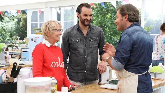 Cyril Lignac avec Mercotte et Jérôme Anthony dans le spécial célébrités du Meilleur Pâtissier. Actuellement, M6 diffuse la version dédiée aux professionnels.