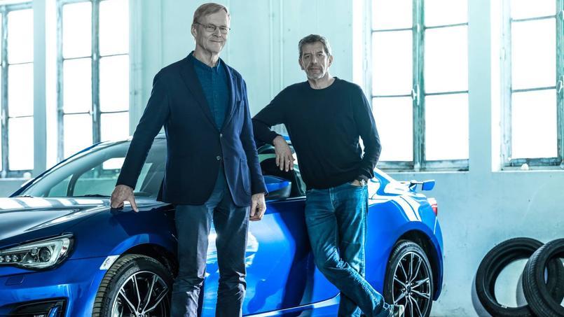 Ari Vatanen (à gauche) et Michel Cymès devant la Subaru BRZ, voiture raisonnablement rapide de l'émission