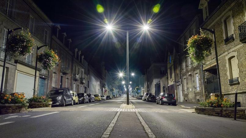 Photo d'illustration d'une petite ville Française en pleine nuit.