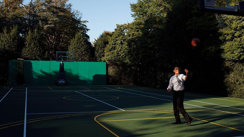 Barack Obama, grand amateur de basket-ball, s'entraînant sur le court de la Maison-Blanche qui sert aussi aux amateurs de...tennis