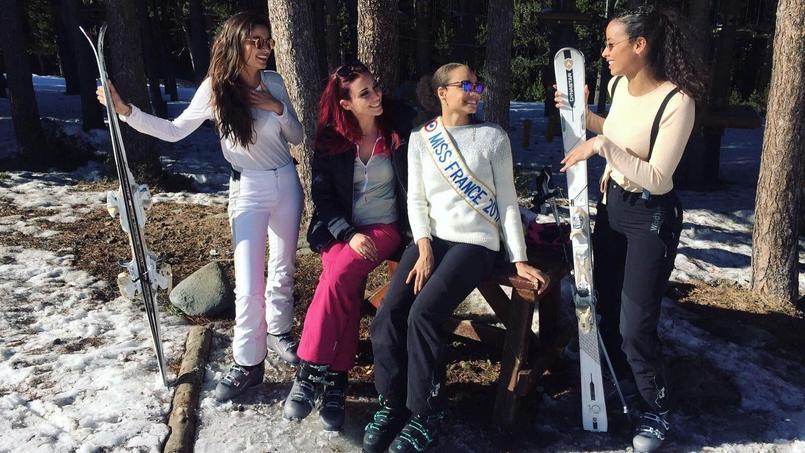 Les anciennes Miss France Malika Ménard, Delphine Wespiser et Flora Coquerel affichent leur complicité avec Alicia Aylies, Miss France 2017 (au centre) durant leur voyage d'intégration en Andorre.