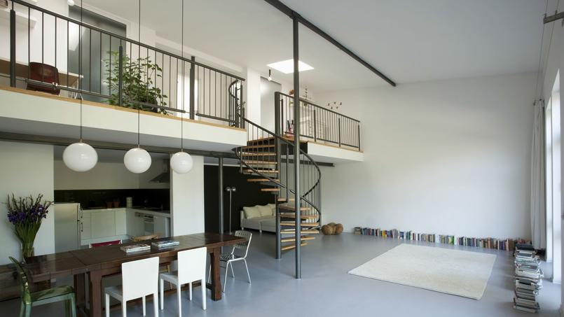 Ici une belle mezzanine avec un escalier central pour y accéder.