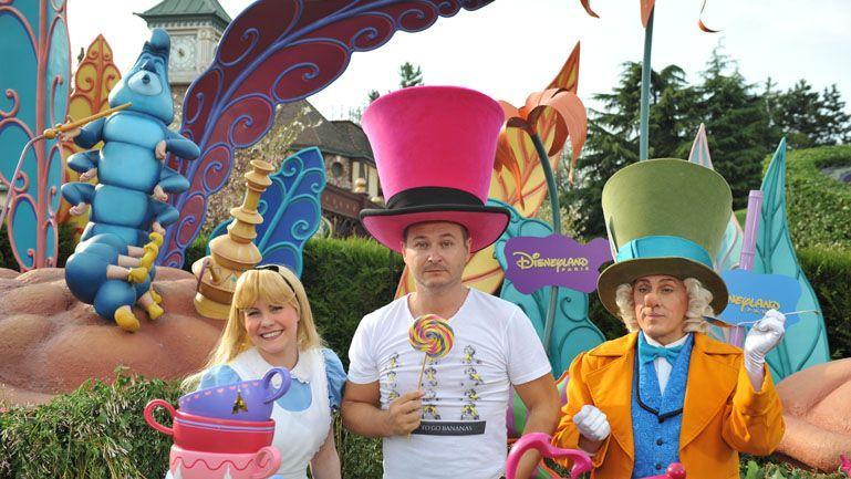 Hypnotisé par sa sucette, Cauet réussira-t-il à sortir du labyrinthe d'Alice ?  © Disneyland Paris