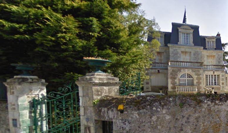 Outre les ruines du château, le domaine comprend également une maison du XIXe siècle