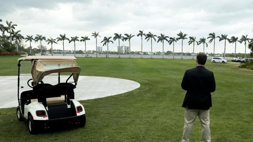 FILE PHOTO: A Secret Service agent stands watch as U.S. President Trump departs after spending the weekend at the Mar-a-Lago Club in Palm Beach, Florida