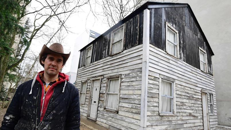 L'artiste américain Ryan Mendoza posant devant la maison de Rosa Parks, la semaine dernière, à Berlin