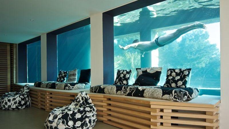 Dans cette villa de bandol la piscine aquarium assure le spectacle