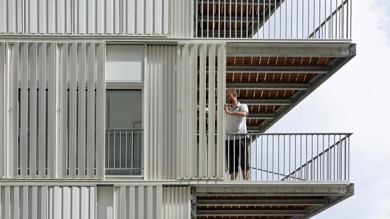 De fines lamelles métalliques font disparaître cet immeuble parisien