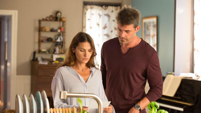 On suit la quête effrénée d'une mère famille, Eva (Virginie Ledoyen), pour retrouver son époux Bastien (Thierry Neuvic).