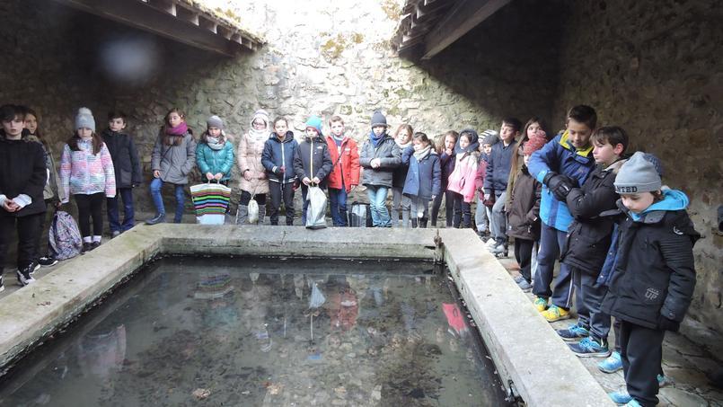 Ces élèves de CM1, à Gouvernes (Seine-et-Marne) ont œuvré pour la restauration du lavoir de la commune. Crédit: Sandra de Carvalho
