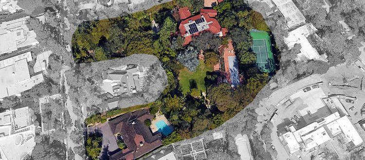 Vue aérienne des deux propriétés de Jeff Bezos à Beverly Hills. Surface totale des deux terrains: 10.000 m².