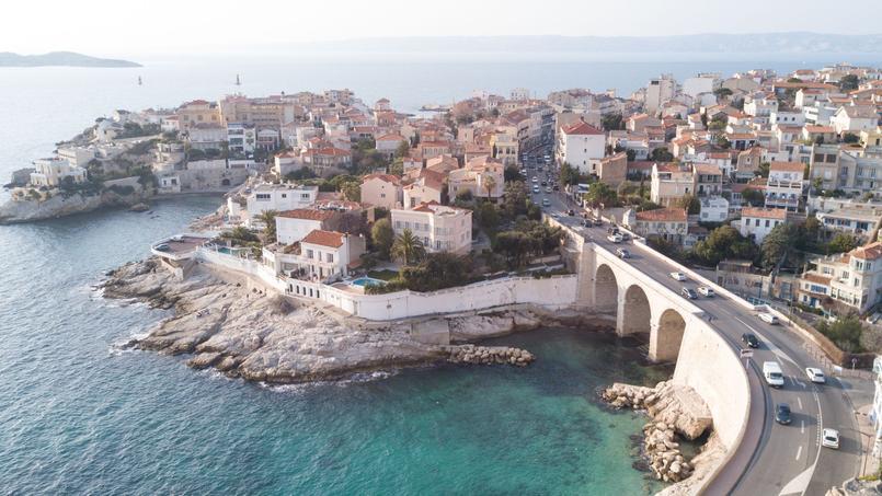 Une vue aérienne de la corniche Kennedy à Marseille, ville où Emmanuel Macron a passé ses vacances d'été et qui est l'article le plus lu de l'année sur Figaro Immobilier.