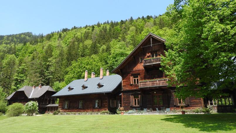 Le terrain comprend une trentaine de luxueux pavillons de chasse.