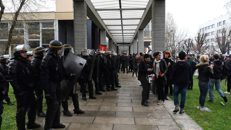La faculté bloquée, les partiels de lundi matin reportés — Université de Nanterre
