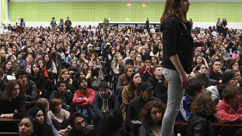 Des étudiants grévistes bloquent les examens à Arcueil (Val-de-Marne) — France