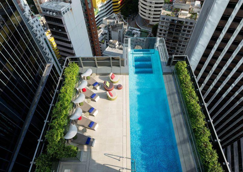 La piscine transparente suspendue au dessus du vide existe for Piscine entre 2 immeubles
