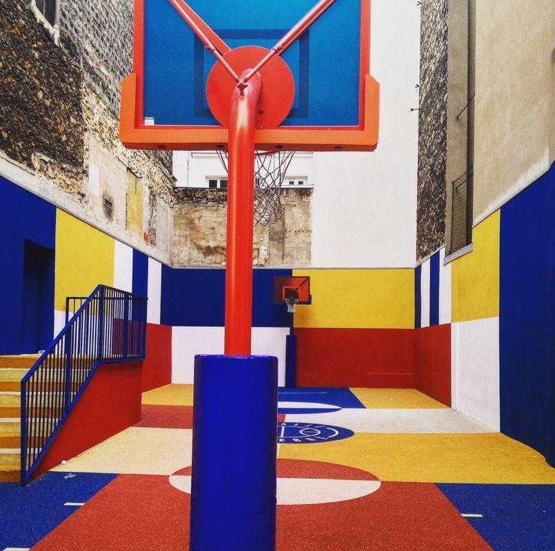 paris un terrain de basket multicolore entre deux immeubles. Black Bedroom Furniture Sets. Home Design Ideas