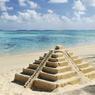 MEXIQUE. Copie des célèbres pyramides aztèques du Yucatan sur une plage mexicaine.