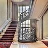 Il a fallu prolonger l'escalier principal du 5e vers le 6e étage, l'ascenseur ne pouvant desservir l'étage des chambres de bonnes.