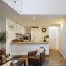 <b>APRÈS.</b> La cuisine a été entièrement restructurée pour s'ouvrir sur le salon et bénéficier d'une belle luminosité.