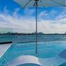 Sur le toit, la terrasse et la piscine de verre offrent une vue imprenable sur Miami.