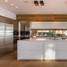 L'immense cuisine est totalement ouverte sur l'espace repas et une terrasse.