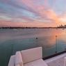 Sur le petit salon installé sur la terrasse, on peut contempler le coucher de soleil sur les gratte-ciels de la ville.