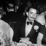 Le peintre Salvador Dali avec Elizabeth Furtwanger et Mme Rene Fribourg en avril 1952 lors d'une soirée mondaine au Waldorf Astoria.
