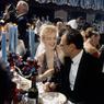 Marilyn Monroe et son mari l'écrivain Arthur Miller lors d'un repas à l'hôtel Waldorf Astoria en avril 1957.