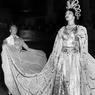 La cantatrice Maria Callas déguisée en Hatchepsout (reine d'Égypte) lors du bal impérial au profit des vétérans hospitalisés, au Waldorf-Astoria en 1957.