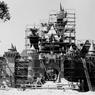 En 1955, le chantier de construction du château de la Belle au bois dormant est bien avancé.