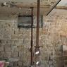 <b>AVANT. </b>Le mur en pierre meulière a été mis à nu sur toute sa hauteur. <b/>