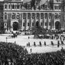 Arrivée du roi Edouard VII d'Angleterre et du président francais Emile Loubet sur la place de l'hôtel de ville à Paris le 1er mai 1903 lors de sa visite officielle à Paris.