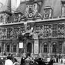 Vue de la façade de l'Hôtel de ville de Paris en 1937 - 1939 avec drapeaux français et anglais.