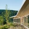 Chaque salle de cours est construite avec des fenêtres verticales laisser entrer un maximum de lumière.