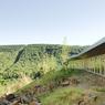 La vue panoramique depuis les salles de cours donne un aperçu de la nature qui entoure le bâtiment.